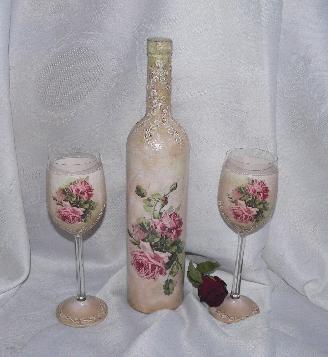 Бутилка червено вино и чаши