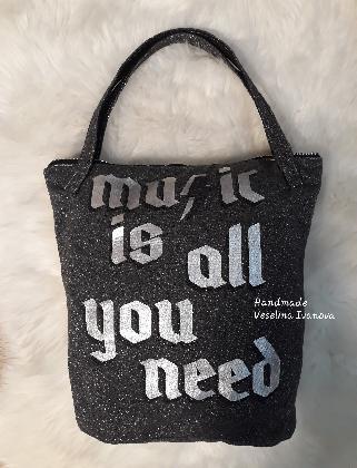 Чанта тип торба от меко лъскаво трико с надпис