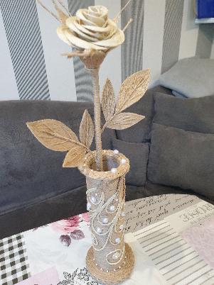 декоративна роза във ваза