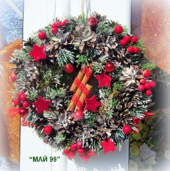 Коледен венец с червени звезди и канела
