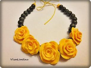 Колие с жълти рози и лабрадоид