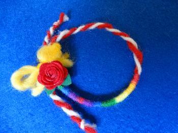 Мартеница гривна с розичка, вълна и цветни конци