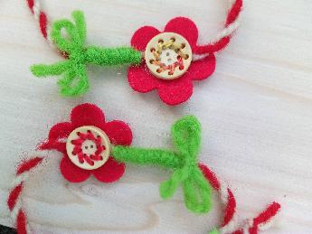 Мартенички за ръка с цвете от вълна и дървено копче