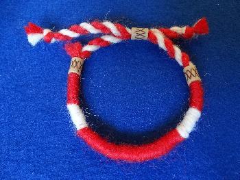 Мъжка мартеница гривна с бели и червени конци