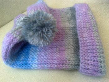 Ръчно плетена зимна шапка с понпон - мохер