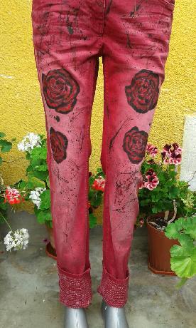 Рисувани червени дънки
