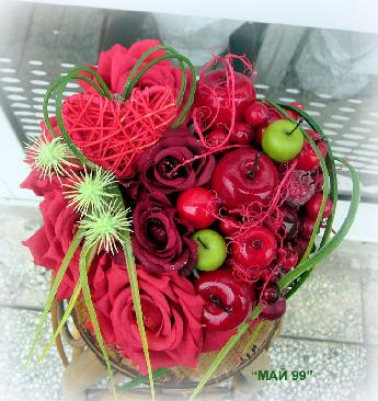 Сърце с плодове и рози