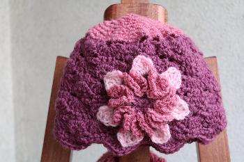 Шапка с цвете в розово-лилаво