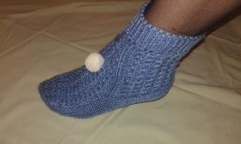 Сини плетени чорапи с аксесоар бяло топче