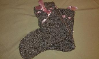 Сиви плетени чорапи тип ботуш с розова панделка