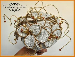 Сватбен букет от мъниста в бяло и златисто