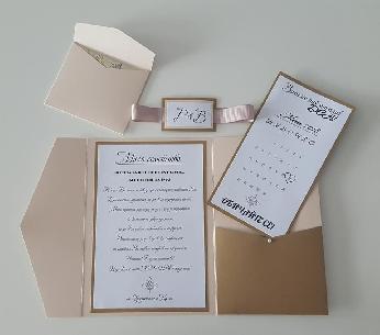 Сватбена картичка с инициалите на младоженците