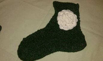 Тъмно зелени плетени чорапи с аксесоар цвете плетено на кука