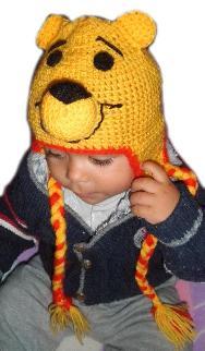 Бебешка шапка мечо Пух с връзки