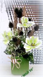 Бели анемони в зелена керамична кашпа