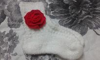 Бели плетени чорапи с аксесоар плетено червено цвете