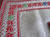 бродирана ленена покривка