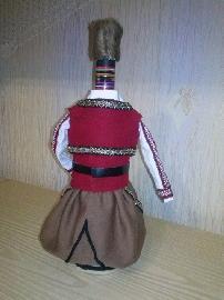 Бутилка облечена в мъжка народна носия
