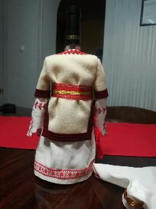 Бутилкa облеченa в пиринска женска народна носия