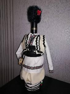 Бутилка облечена в северняшка белодрешна мъжка народна носия