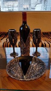 Бутилка вино с две чаши и чиния