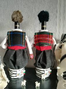 Бутилки облечени в мъжка народна носия