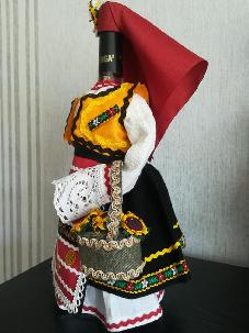 Бутилки облечени в северняшка народна носия