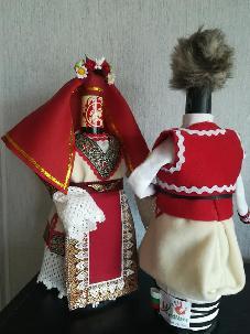 Бутилки облечени в сватбарска народна носия