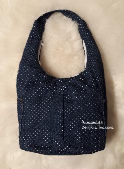 Чанта от тъмносин  деним на бели точки.
