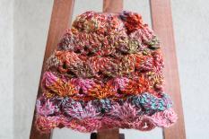 Двулицева шапка в бонбонени цветове