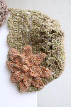 Ефектна шапка с цвете