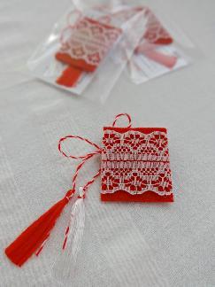 Елегантна мартеница за закичване в минималистичен стил Дамска мартеница за ревер Дантела и филц