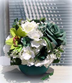 Икебана с бели рози и хортензии