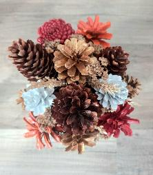 Кашпа с цветя от шишарки