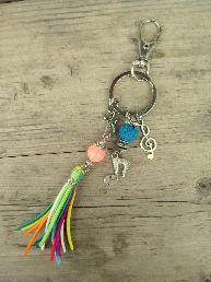 Ключодържател с шарени ресни, нотичка и ключ Сол