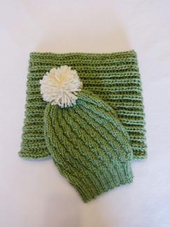 Комплект Тревистозелено Шапка с помпон и шал-яка Зелена шапка Зелен шал Вълнена плетена шапка Снуд