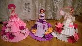 кукла аранжирана с цветя от креп хартия