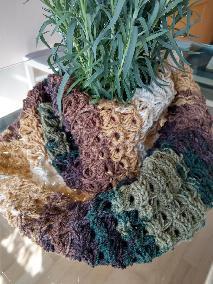 Лек пролетен плетен шал
