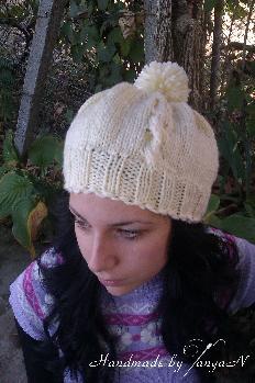 Плетена шапка в екрю