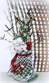 Плетена ваза с пролетна аранжировка
