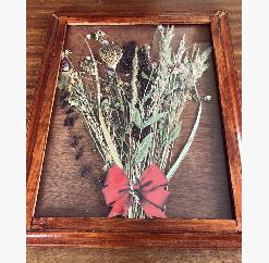 Прекрасна картина с рамка и стъкло от сухи цветя