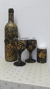 Ръчно декориран комплект от бутилка с вино и две чаши
