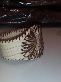 Ръчно изработена гривна от естествена кожа и бродерия.