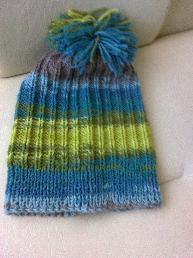 Ръчно плетена дамска зимна шапка с понпон