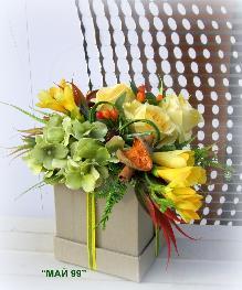 Рози и фрезии в подаръчна кутия
