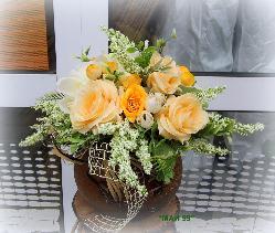 Рози в керамична ваза
