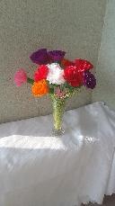 Ваза с цветя от креп хартия
