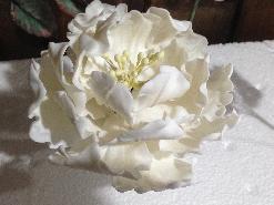 захарно цвете божур за декорация на сватбена торта